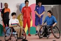 障害者スポーツの体験イベントで車いすバドミントンを体験する小池百合子都知事(左)とレスリングの吉田沙保里選手=東京都千代田区で2017年9月18日午後0時28分、小出洋平撮影