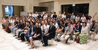 記念撮影する「大阪を変える100人会議」第6回オープンフォーラムの参加者ら=大阪市役所1階で、中尾卓司撮影