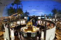 全身骨格の展示で観光客に人気の恐竜博物館。第2恐竜博物館は娯楽性を志向する=福井県勝山市で、岸川弘明撮影