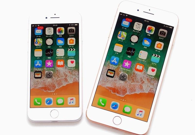iPhone 8(左)とiPhone 8プラス(右)