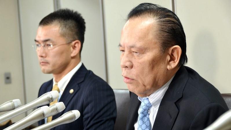 ユニバーサルエンターテインメントのオーナー創業者で、会長として実権を握っていた岡田和生氏(右手前)=2017年9月14日撮影