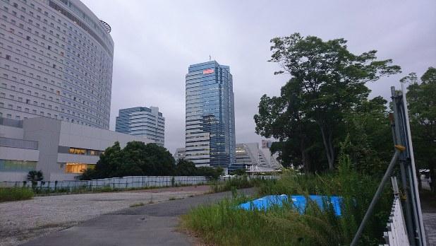 ユニバーサルエンターテインメント本社が入居するビル(中央奥)=東京都江東区有明