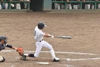 【高田北城-新潟第一】五回表高田北城1死満塁、横田尚が走者一掃の三塁打を放ち、勝ち越し=新潟市西区のみどりと森の運動公園野球場で