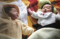 並んで昼寝をする生後3カ月の赤ちゃん=坂根真理撮影