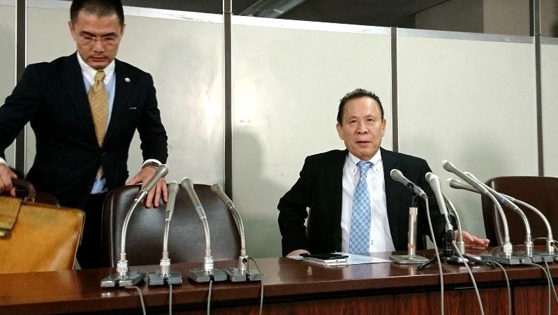 パチスロ機メーカー、ユニバーサルエンターテインメントの岡田和生前会長(右)。左は代理人の中山達樹弁護士=東京・霞が関の司法記者クラブで2017年9月14日撮影