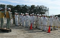 クリアランス資材置き場の予定地を視察する御前崎市議ら=御前崎市の中部電力浜岡原発で
