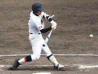 【津田学園-菰野】四回裏菰野1死一、二塁、田中が先制の左前打を放つ=霞ケ浦球場で