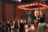 「くるみ割り人形」の行進曲でBON踊りの音頭を取る近藤良平(壇上左)
