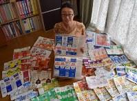 お気に入りの紙パックを持つ菅本麻衣子さん=東京都葛飾区で
