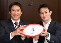 ラグビーボールを手に記念撮影に応じる鈴木大地・スポーツ庁長官(左)とラグビー日本代表の福岡堅樹=中村藍撮影