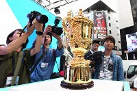 ラグビーW杯日本大会開幕まで2年となり一般公開された優勝トロフィー「ウェブ・エリス・カップ」=東京都渋谷区で2017年9月20日午後0時半、宮間俊樹撮影