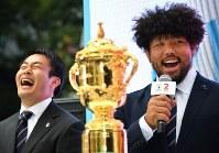ラグビーW杯日本大会開幕まで2年となり開かれたイベントで、披露された優勝トロフィー「ウェブ・エリス・カップ」を前に笑顔で話すラグビー日本代表の堀江翔太選手(右)と福岡堅樹選手=東京都渋谷区で2017年9月20日午前11時47分、宮間俊樹撮影