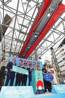 ラグビーW杯日本大会開幕まで2年となり、優勝トロフィー「ウェブ・エリス・カップ」の一般公開を前に開かれたイベントで記念撮影に応じるスポーツ庁の鈴木大地長官(左から4人目)ら。右から3人目はラグビー日本代表の堀江翔太選手、左から3人目は福岡堅樹選手=東京都渋谷区で2017年9月20日午前11時32分、宮間俊樹撮影