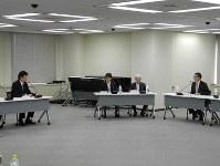東電の小早川社長(左端)に保安規定への記載に同意を求める田中委員長(右端)=東京都港区の原子力規制委員会で20日午前、鈴木理之撮影