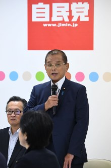 Okiharu Yasuoka speaks during a meeting of the Liberal Democratic Party (LDP)'s Headquarters for the Promotion of Revision to the Constitution at the party headquarters in Tokyo's Chiyoda Ward, on Sept. 20, 2017. (Mainichi)