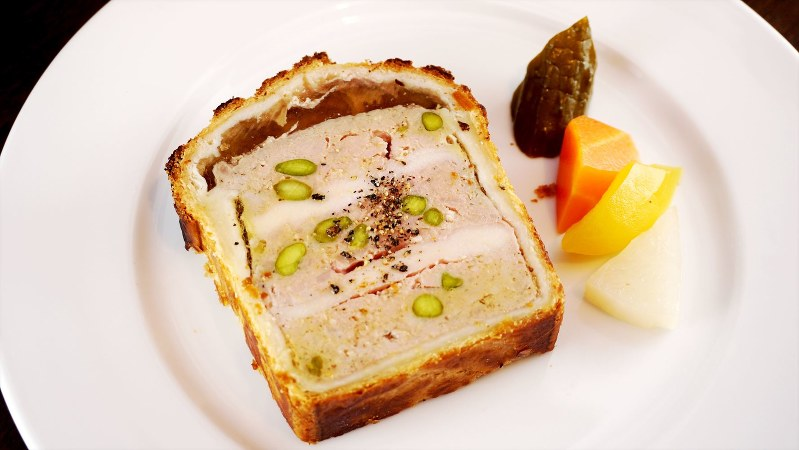 「パテ・アン・クルート」(1500円税別、以下同)。代表の大垣直巳さんが星付きレストランでレシピを勝ち取ったスペシャリテだ
