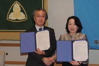 連携協定に調印した田中厚一学長と遠藤珠子校長