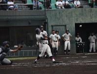 【横浜-鎌倉学園】一回裏鎌倉学園1死満塁、5番・中野が左翼に本塁打を放ち逆転する=横浜市保土ケ谷区のサーティーフォー保土ケ谷球場で