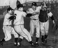 1958年の日本シリーズ第7戦に勝ち、大逆転日本一を決めて抱き合って喜ぶ(左から)豊田泰光、中西太、稲尾和久、日比野武の各選手=東京・後楽園球場で