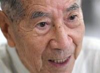 「80も過ぎてから朝鮮語の勉強を始めたんですよ。言葉が分からないと相手の気持ちも分からないからね」。三宮克己さんはそう語った=東京都調布市で、丸山博撮影
