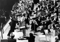 ボストン交響楽団を指揮する小澤征爾(左端)=東京文化会館で1986年2月13日