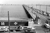 高潮対策の防潮扉が造られた淀川大橋。橋を通る国道2号線は阪神間の大動脈で数多くの車が行き交っている=1967年9月11日撮影