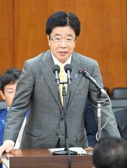Health, Labor and Welfare Minister Katsunobu Kato speaks about the unpaid pension benefit issue during an out-of-session Diet meeting on Sept. 20, 2017. (Mainichi)