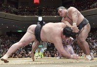 Maegashira No. 4 Shohozan, right, slaps down ozeki Goeido on the 12th day of the Autumn Grand Sumo Tournament at Tokyo's Ryogoku Kokugikan sumo venue on Sept. 21, 2017. (Mainichi)