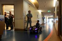 9月19日、米サンディアゴの子ども病院で、手術室に向かう子どもをリモコン式の高級車のミニカーに乗せ、自分たちで「運転」してもらうシステムが導入された(2017年 ロイター/Mike Blake)