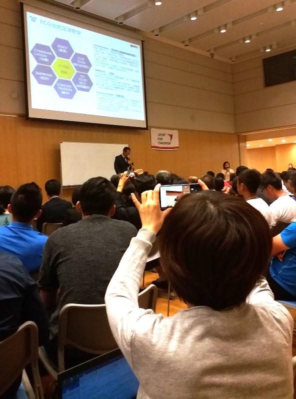 講演には中国のサッカー指導者ら約220人が詰めかけた。スライドに次々と示されるコーチングなどに関する解説を、スマホで記録する参加者も多かった=2017年9月19日、赤間清広撮影