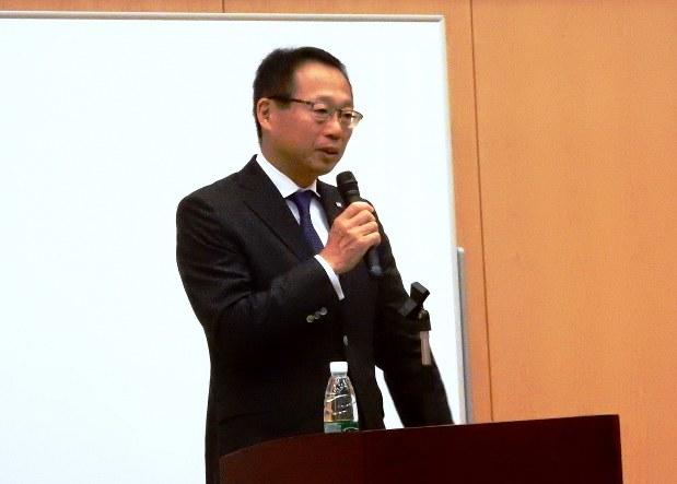 中国サッカーの現状や課題について講演する岡田武史さん。鋭い指摘に会場からは拍手やどよめきが沸いた=北京市の日本大使館で2017年9月19日、赤間清広撮影