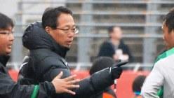 中国スーパーリーグ「杭州緑城」監督時代の岡田武史さん=2012年2月25日、平川昌範撮影