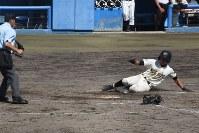 【明桜-能代】五回裏能代2死二、三塁、近藤が中前適時打を放ち、二塁走者・石井が生還=横手市のグリーンスタジアムよこてで
