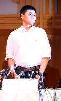 記者会見に臨む早稲田実の清宮幸太郎選手=東京都国分寺市で2017年9月22日午後0時37分、小川昌宏撮影
