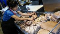 午前に並ぶさまざまな豚肉の部位も昼頃には売り切れる。客足を見て追加でゆで上げるそうだ=大阪市生野区の生野コリアンタウンで、金光敏撮影