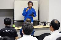 セミナーでドローンの活用事例や注意点を紹介する清原幹也さん(中央)=松江市学園南1のくにびきメッセで、長宗拓弥撮影