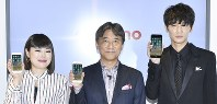 From left, entertainer Blouson Chiemi, NTT Docomo President Kazuhiro Yoshizawa and actor Go Ayano pose with the new iPhone 8 at an event celebrating the company's release of the device held in Tokyo's Chiyoda Ward on Sept. 22, 2017. (Mainichi)