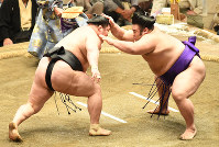 Ozeki Goeido, left, faces off against maegashira Takakeisho on Day 13 of the September Grand Sumo Tournament at Tokyo's Ryogoku Kokugikan sumo venue, on Sept. 22, 2017. Tournament leader Goeido suffered defeat, setting his record to 10-3. (Mainichi)