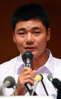 High school baseball star Kotaro Kiyomiya speaks at a news conference in Kokubunji, Tokyo, on Sept. 22, 2017. (Mainichi)