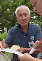 平和記念公園で献水を続ける石見洋二さん=広島市中区で、小山美砂撮影