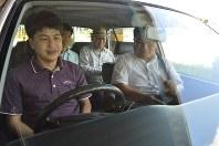 Hideyuki Baba, far left, and Yokaichi Driving School's Yoshio Taniguchi, far right, depart for Baba's road test evaluation at the Yokaichi Driving School in Higashiomi, Shiga Prefecture, on Aug. 24, 2017. (Mainichi)