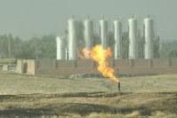 荒野に広がるキルクーク油田の煙突から炎が吹き上がる=イラク北部キルクークで2017年9月22日、篠田航一撮影