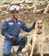 災害救助犬と訓練を行う近藤正美さん=海津市南濃町奥条で