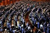 前回の衆院解散時に万歳する自民党議員ら(奥)=国会内で2014年11月21日、森田剛史撮影