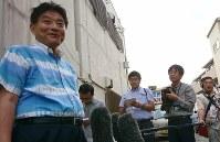 報道陣の取材に応じる河村たかし名古屋市長=同市東区で24日午後4時32分