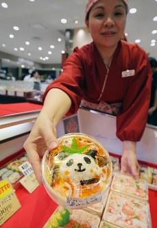 上野動物園で生まれたパンダの赤ちゃんの名前が「香香」に決定したことを受け、販売されたパンダの形をしたちらしずし=東京都台東区で2017年9月25日午後4時57分、宮武祐希撮影