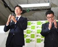 敗戦の弁を述べる永藤英機さん(左)。右は大阪維新の会の松井一郎代表=堺市堺区で2017年9月24日午後9時35分、大西岳彦撮影