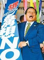 当選確実となり、くす玉を割って支持者らと喜び合う竹山修身さん=堺市堺区で2017年9月24日午後9時38分、平川義之撮影