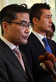 House of Representatives legislator Masaru Wakasa, left, and former Environment Minister Goshi Hosono are seen in Tokyo's Shinjuku Ward on Sept. 24, 2017. (Mainichi)