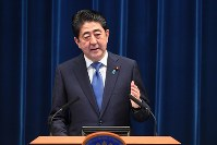 Prime Minister Shinzo Abe announces his intention to dissolve the House of Representatives at the outset of the upcoming extraordinary Diet session, during a news conference at the prime minister's office in Tokyo, on Sept. 25, 2017. (Mainichi)